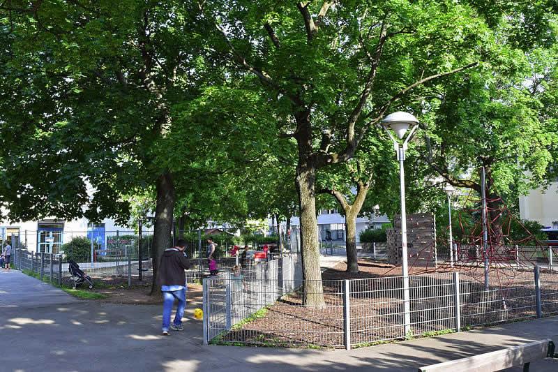 Eduard-Gurk-Park bei der Westbahnstrecke in Wien
