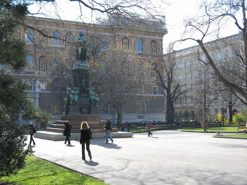 Schillerpark an der Ringstraße in Wien 1