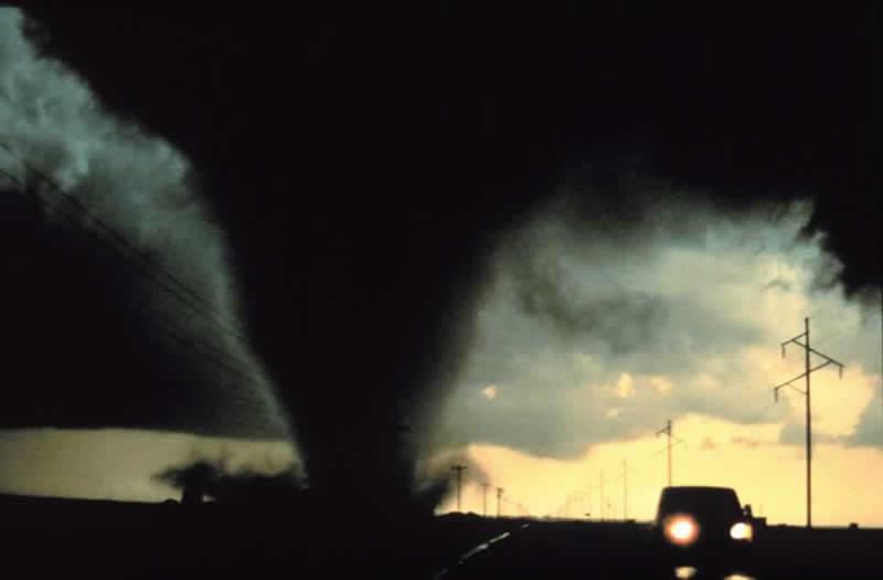 Tornado: gefährlicher Wirbelsturm über Landmassen